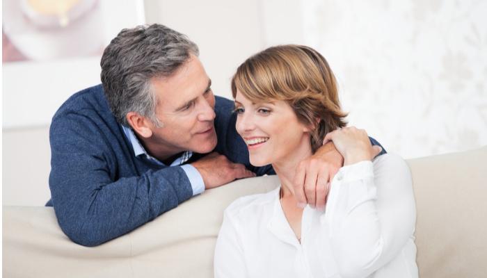 Audio Service: Paar zu Hause auf der Couch im Gespräch