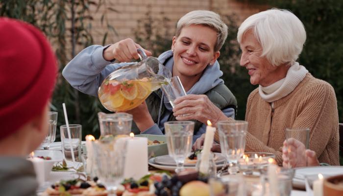 Bernafon: Enkelin schenkt Oma ein