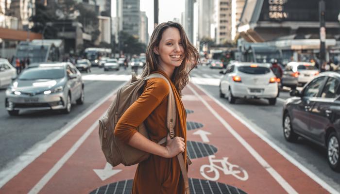 Bernafon: Frau überquert eine vielbefahrene Straße