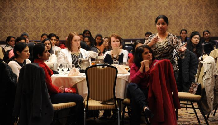 Bernafon: vortragende Frau im Speisesaal