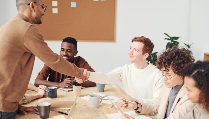 Bernafon: Meeting mit gratulierendem Chef