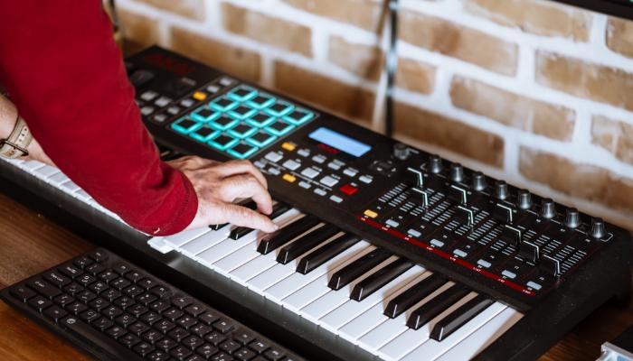 Bernafon: Jemand spielt Keyboard