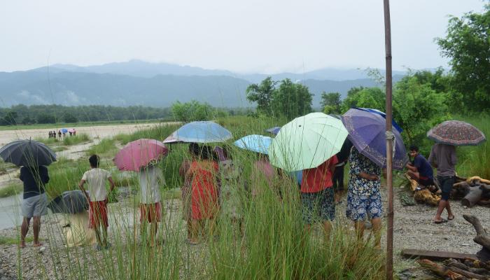 Bernafon: Menschen unter Regenschirme