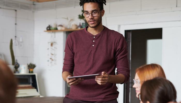 Bernafon: Mann mit Laptop, stellt Projekt vor