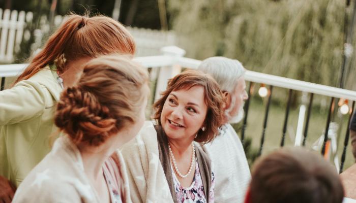 Bernafon: Frau unterhält sich in Menschenmenge mit Kind