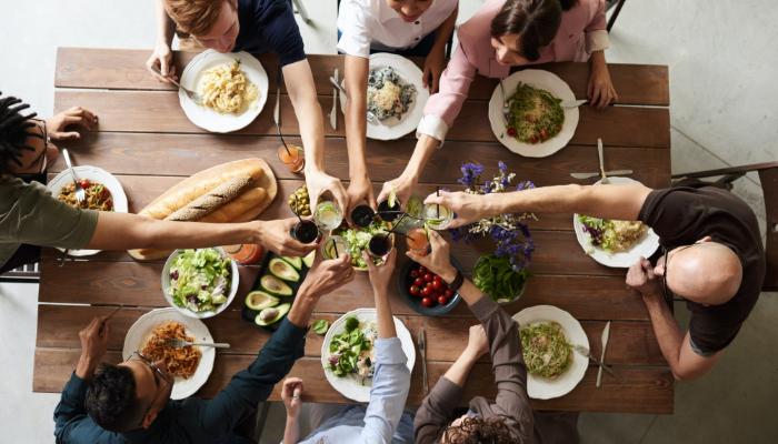 Bernafon: Leute am Tisch stoßen an