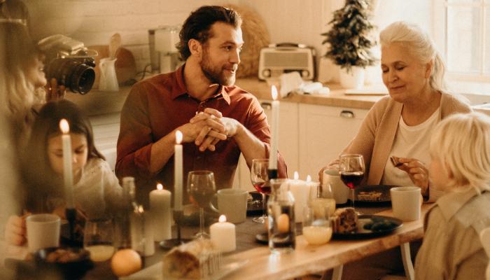 Bernafon: Familie am Tisch unterhält sich