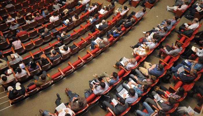 Audio Service: Viele Menschen in einem Hörsaal