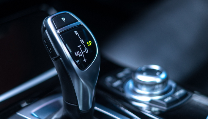 Hansaton: Automatik-Schalthebel eines Fahrzeugs