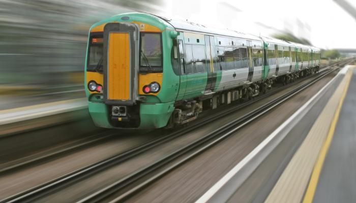 Hansaton: Grüner Regionalzug auf Gleisen am Bahnsteig