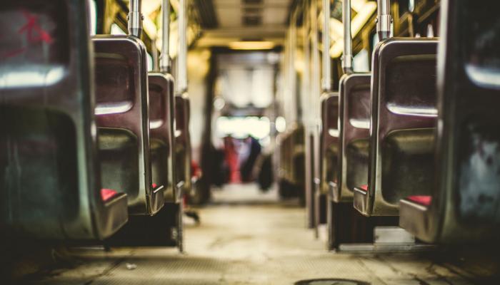 Hansaton: In einem Bus von hinten nach vorn den Mittelgang entlang geschaut