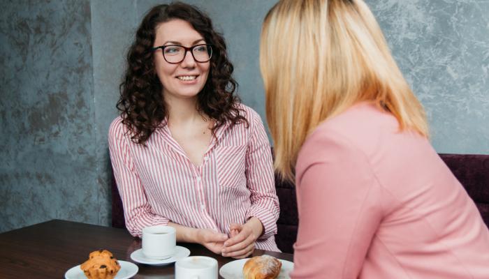 Hansaton: Zwei Frauen am Tisch eines Cafés im Gespräch