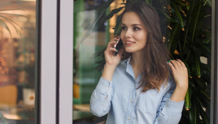 Hansaton: Frau hält ein Telefon ans Ohr