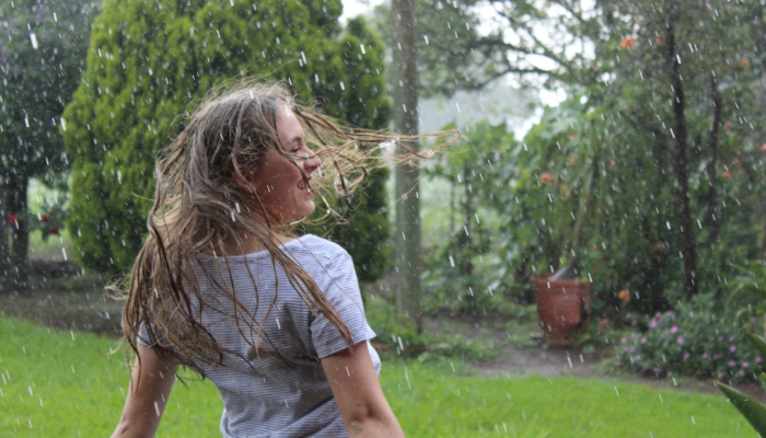 Hansaton: Frau steht im Regen