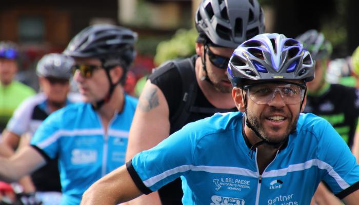 Hansaton: Mehrere Radfahrer mit Helm auf