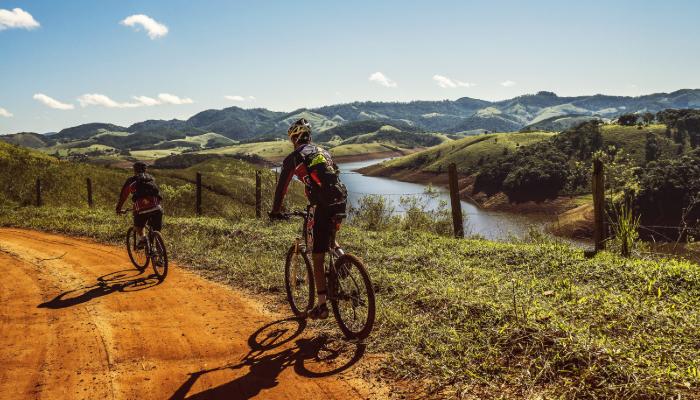 Hansaton: Zwei Mountainbiker in freier Natur