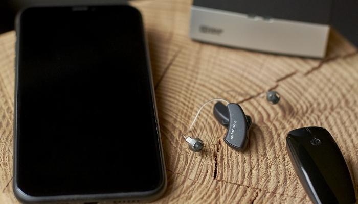 Interton: Handy mit Ready Hörgeräten und Zubehör