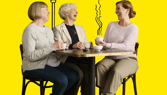 Interton: Kaffee trinken mit Oma am Tisch