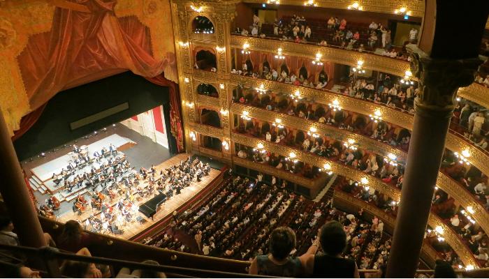 Audio Service: Zuschauer und Orchester in einem Opernhaus