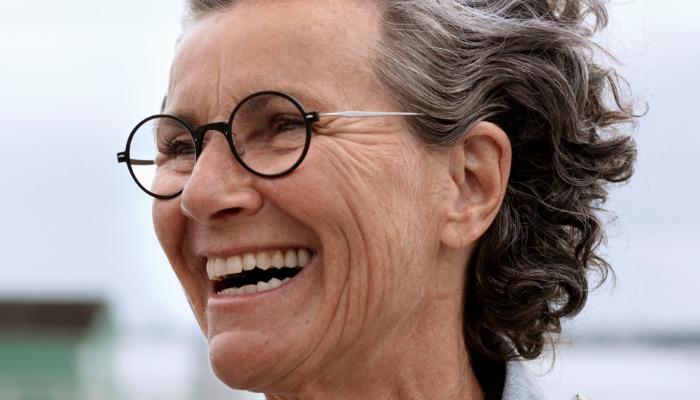 Oticon: eine lachende Frau