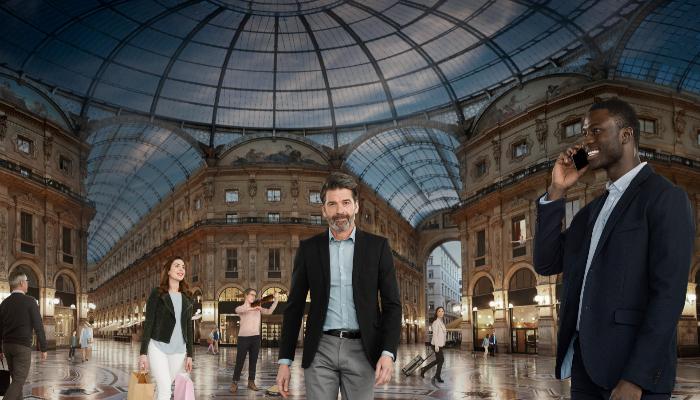 Oticon: Viele Menschen in einer überdachten Shopping-Mall