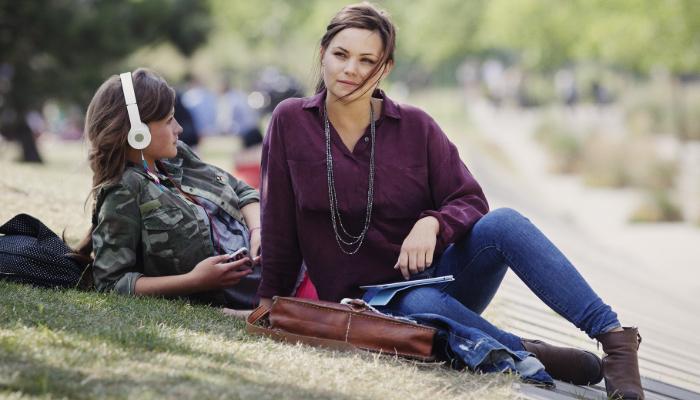Oticon: zwei Frauen im Park