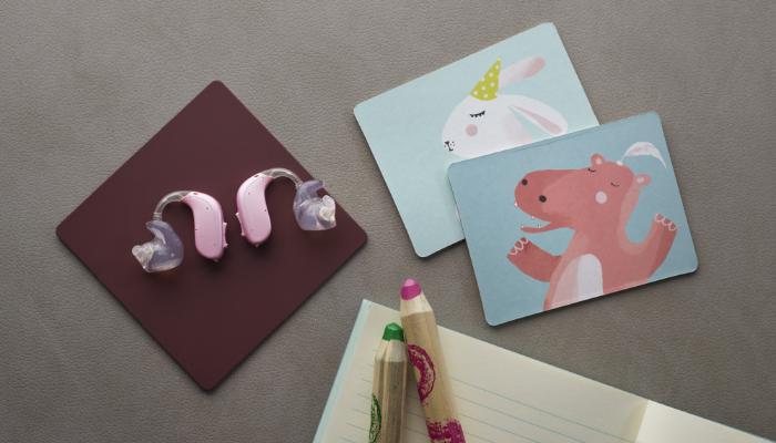 Oticon: zwei rosa Hörgeräte mit Ohrstücken