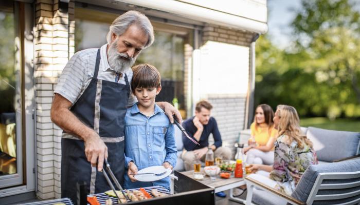 Oticon: Menschen beim Grillen im Garten
