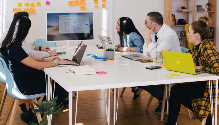 Philips: Meeting mit jungen Leuten vor dem Bildschirm