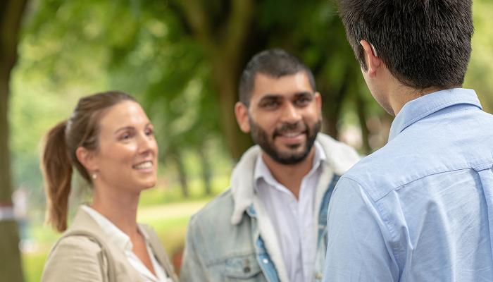 Phonak: Drei Menschen sprechen miteinander