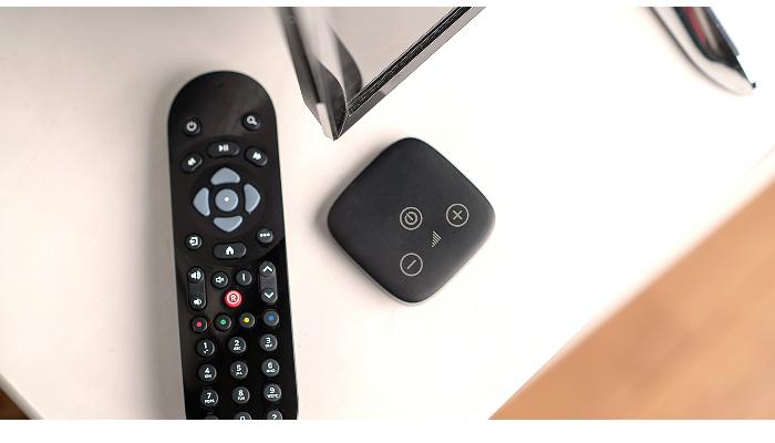 Phonak: Wohnzimmeratmosphäre mit TV-Adapter und TV-Fernbedienung