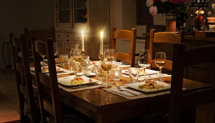 Phonak: festlich gedeckter Tisch für 5 Personen