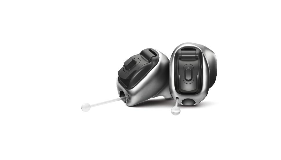 Phonak: zwei Titan Im-Ohr-Geräte Phonak Virto Titanum nebeneinander