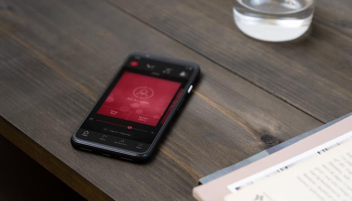 ReSound: Handy mit App auf Tisch liegend