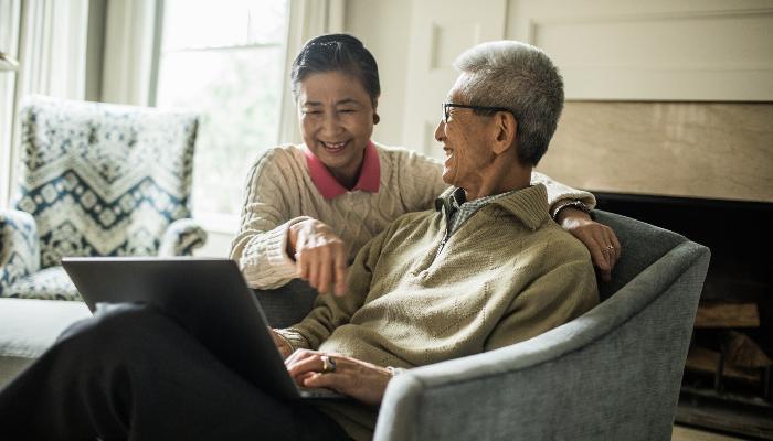 ReSound: älteres Paar am Laptop