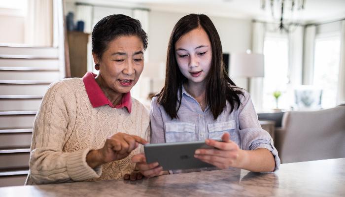 ReSound: Mutter und Tochter am Tablet
