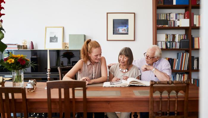 ReSound: Tochter und Eltern sitzend am Tisch
