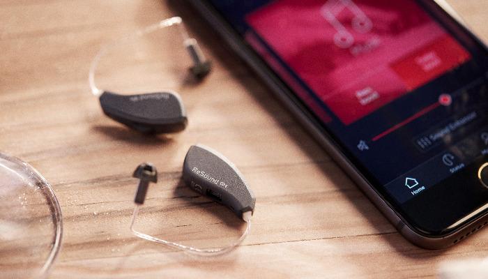 ReSound: Das Hörgerät neben einem Smartphone