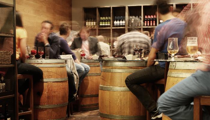 Starkey: Menschen in einer Bar