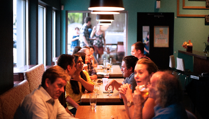 Starkey: Menschen in einem Restaurant