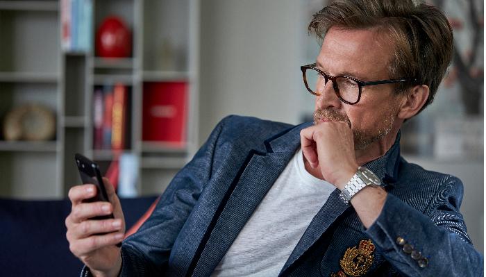 ReSound: Mann schaut auf sein Handy