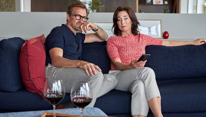 ReSound: Paar auf Sofa beim Fernsehen