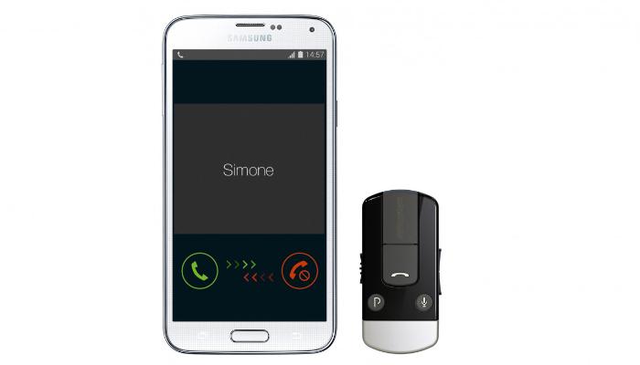 ReSound: Smartphone, daneben ein Telefonclip von ReSound