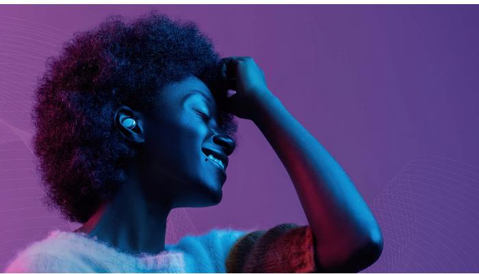 Signia: Frau mit weissgoldenem Im-Ohr-Gerät