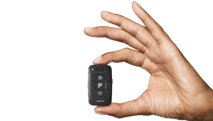 Signia: Kleine schwarze Fernbedienung für Hörgeräte in der Hand