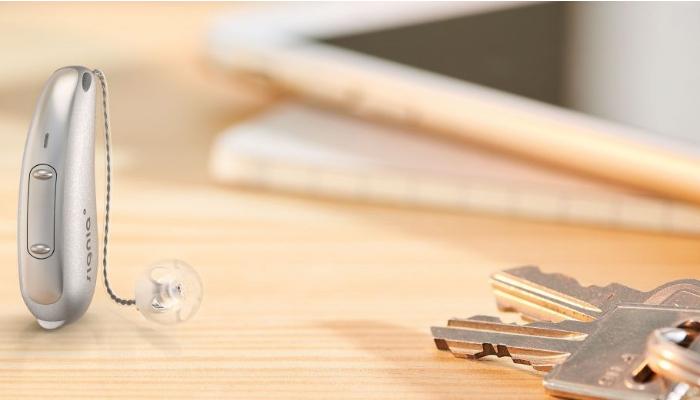 Signia: Akkuhörgerät auf Tisch mit Schlüsselbund
