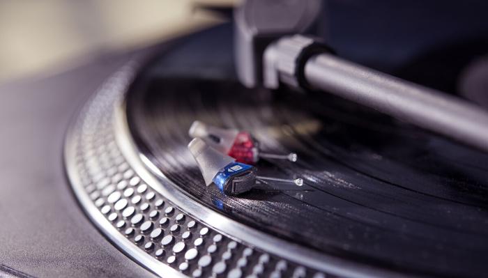 Signia: ImOhrGeräte auf dem Plattenspieler