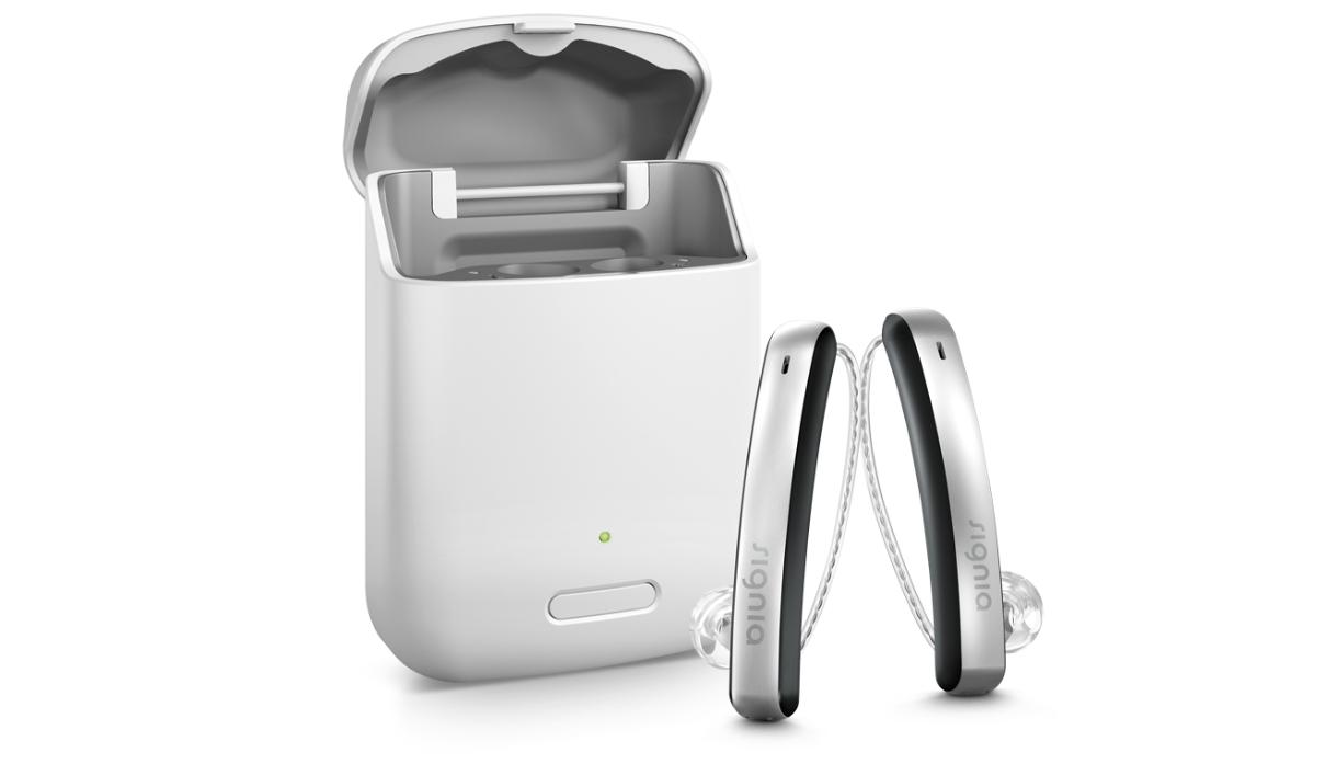 Signia: Zwei Styletto Hörgeräte vor geöffnetem Charger