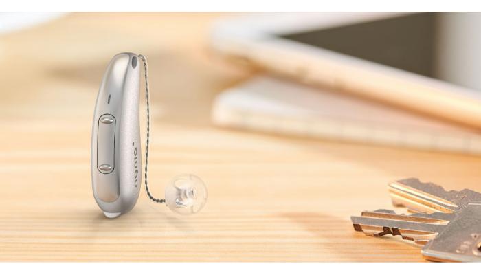 Signia: Hörgerät auf einem Tisch mit Schlüsselbund