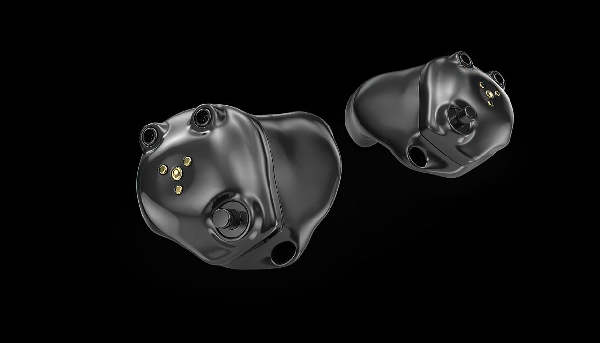 Starkey: Zwei Hörgeräte vor schwarzem Hintergrund